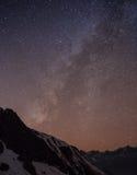Stjärnklar himmel över Machhapuchre Arkivbilder