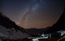 Stjärnklar himmel över Machhapuchre Arkivfoton