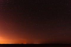 Stjärnklar himmel för natt över gul solnedgång eller SunriseLights Glödande stjärnor för natt Arkivbilder