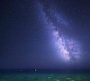 Stjärnklar himmel för natt med Vintergatan på havet Bakgrund Royaltyfria Bilder