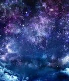 Stjärnklar himmel i öppna utrymmet Arkivbilder