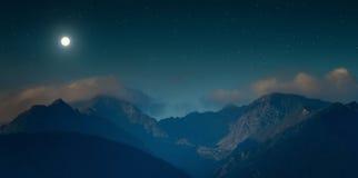 Stjärnklar himmel i bergen arkivfoto