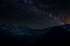 Stjärnklar himmel i bergen arkivfoton