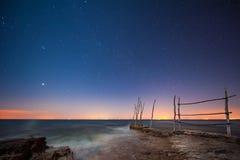 Stjärnklar himmel i havet arkivbilder