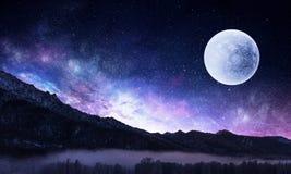 Stjärnklar himmel och måne Blandat massmedia Arkivfoto