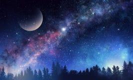 Stjärnklar himmel och måne Blandat massmedia Royaltyfri Foto