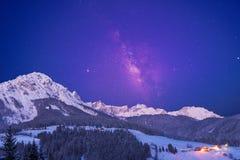 stjärnklar himmel ovanför fjällängarna fotografering för bildbyråer