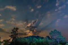 Stjärnklar himmelsikt under moonrise Fotografering för Bildbyråer
