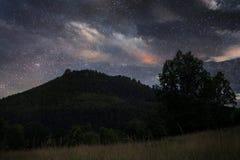 Stjärnklar natt över berget royaltyfri foto