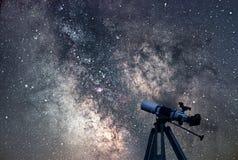 Stjärnklar natt för astronomiskt teleskop Vintergatangalax royaltyfri foto