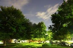 Stjärnklar natt i grannskapen arkivbild
