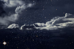Stjärnklar natt med moln Royaltyfri Bild