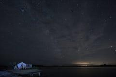 Stjärnklar natt och kabin Royaltyfria Bilder