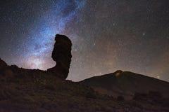 Stjärnklar natt och mjölkaktig väg i den Teide nationalparken, kanariefågelöar, Spanien Royaltyfria Bilder