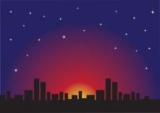 Stjärnklar natt och Urban Cityscape Arkivbild