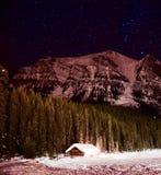 Stjärnklar natt på Lake Louise Arkivbild