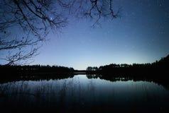 Stjärnklar natt på sjön Arkivbilder