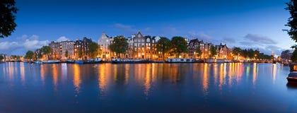 Stjärnklar natt stillsam kanalplats, Amsterdam, Holland Royaltyfria Bilder