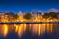 Stjärnklar natt stillsam kanalplats, Amsterdam, Holland Royaltyfria Foton