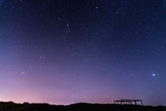 Stjärnklar natt ut ur stadsstarfall arkivbild
