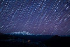 Stjärnor över berg  Arkivfoto