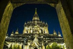 Stjärnor för natthimmel av templet i bagan Arkivfoton