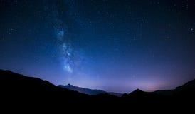 Stjärnor för natthimmel med den mjölkaktiga vägen på bergbakgrund Royaltyfri Fotografi
