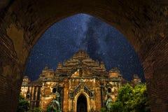 Stjärnor för natthimmel, mjölkaktig väg, tempel som är bagan Royaltyfri Bild
