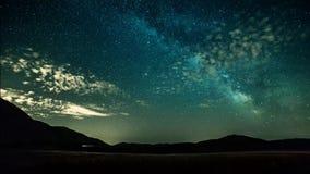 Stjärnor för Timelapse natthimmel och mjölkaktig väg på bergbakgrund arkivfilmer