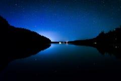 Stjärnor i natthimlen som reflekterar i Echo Lake, på Acadianationen Arkivbild