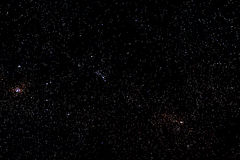 Stjärnor och galaxen gör mellanslag bakgrund för den stjärnklara natten för himmel Royaltyfri Foto