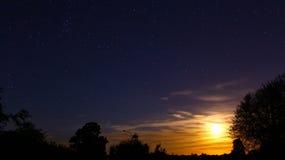 Stjärnor och måne för Whit för natthimmel royaltyfri foto