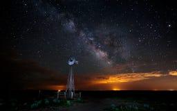 Stjärnor och Vintergatan med väderkvarnen Fotografering för Bildbyråer