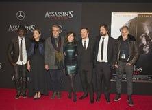 Stjärnor poserar på filmpremiären för röd matta Fotografering för Bildbyråer