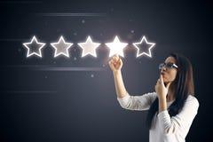 5 stjärnor som klassar med affärskvinnan royaltyfri bild
