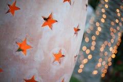 Stjärnor som snidas i sten- och ljusbokeh Fotografering för Bildbyråer
