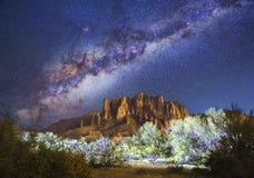 Stjärnor & Vintergatan över vidskepelseberg i Arizona Royaltyfri Bild