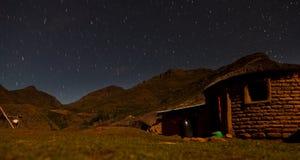 Stjärnaband i skyen på natten Arkivbilder