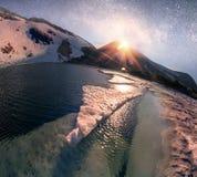Stjärnor över berg sjön Nesamovyte Arkivfoton