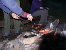 Stki piec na grillu nad ogniskiem Zdjęcia Stock