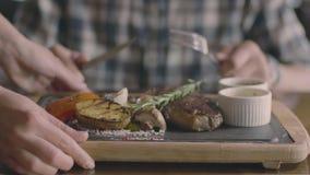 Stku i grilla warzywa usługują ręki i obsługują zbiory