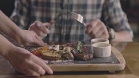 Stku i grilla warzywa usługują ręki i obsługują zdjęcie wideo