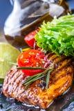 Stku kurczaka piersi oliwa z oliwek czereśniowi pomidory pieprzowi i rozmarynowi ziele Obrazy Royalty Free