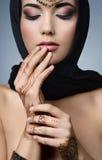 Östlig kvinnastående för härligt mode Asiatisk flicka i en svart hea Arkivbilder