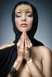 Östlig kvinnastående för härligt mode Asiatisk flicka i en svart hea Arkivfoton