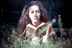 Östlig läsebok för hipstertappningkvinna Arkivbilder