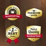 Ställ in den guld- högvärdiga etiketten för affären på wood bakgrund Arkivbilder