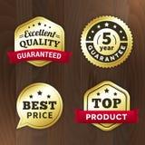 Ställ in den guld- högvärdiga etiketten för affären på wood bakgrund Arkivfoto