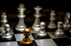 Ställning ut ur ett folkmassaegenartbegrepp Odd Chess Arkivfoton