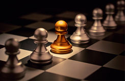 Ställning ut ur folkmassaegenartbegreppet Odd Chess Piece Arkivfoto